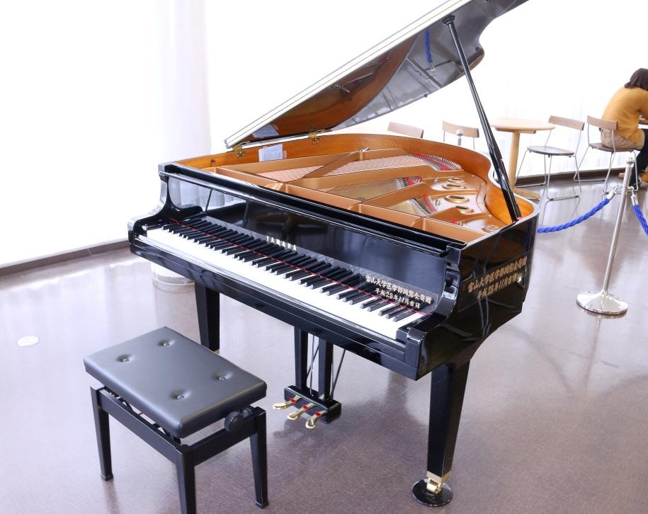 寄贈したグランドピアノ。病院内ホールに設置するため小型です。